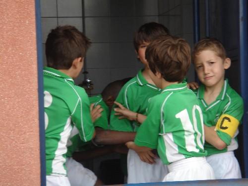 Los jugadores jugando en la puerta de los vestuarios.