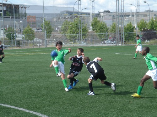 Nicolas presionado por dos jugadores rivales.