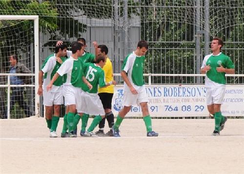 El equipo formando una piña tras materializar un gol.