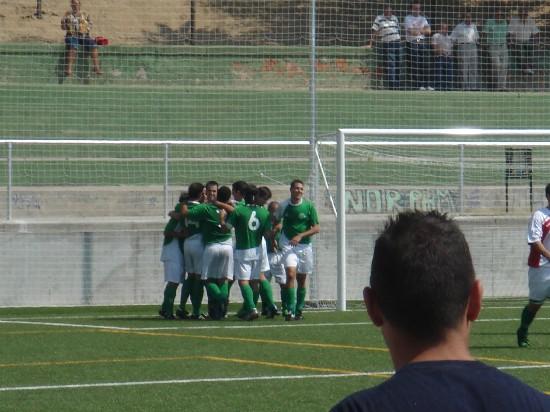 Todo el equipo abrazado celebrando el tercer gol (autor Lacarra)