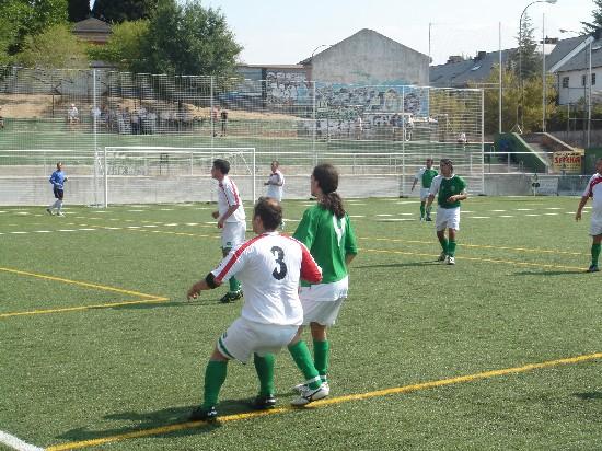 Lacarra disputando un balón con el Lateral izquierdo de la Almudena