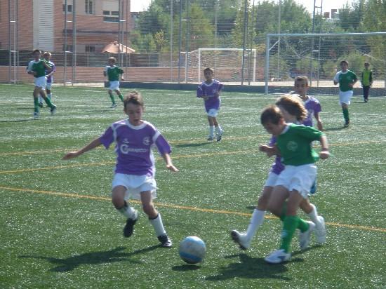 Iker Altamirano disputando un balón con jugadores de la Alameda de Osuna.