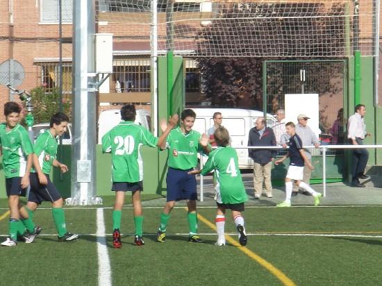 """El equipo Cadete """"B"""" celebrando el sexto gol del partido."""