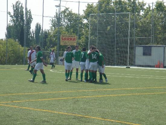 Todo el equipo abrazando a Montero, autor del segundo gol local.