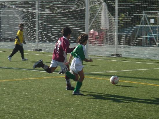 Alex luchando un balón en la banda derecha.