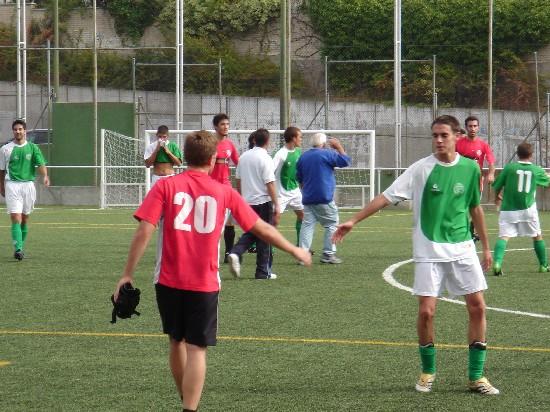 Los jugadores de ambos equipos se dieron la mano al finalizar el partido.